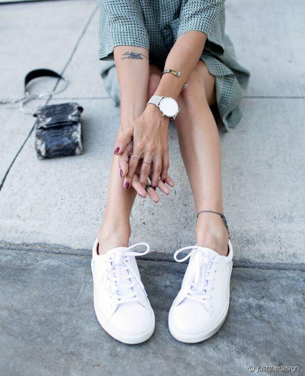 Baskets blanches et robe-chemise : le double combo