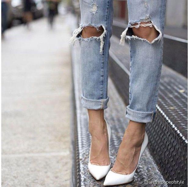 Des escarpins + un jean déchiré = un joli contraste masculin/féminin