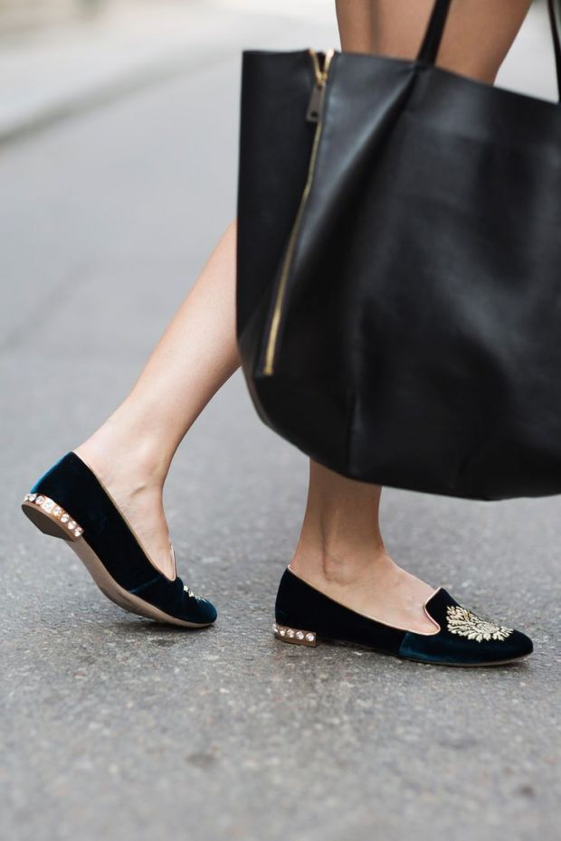 Slippers en velours + broderie dorée + strass sur le talon : peut-on faire plus royal ?