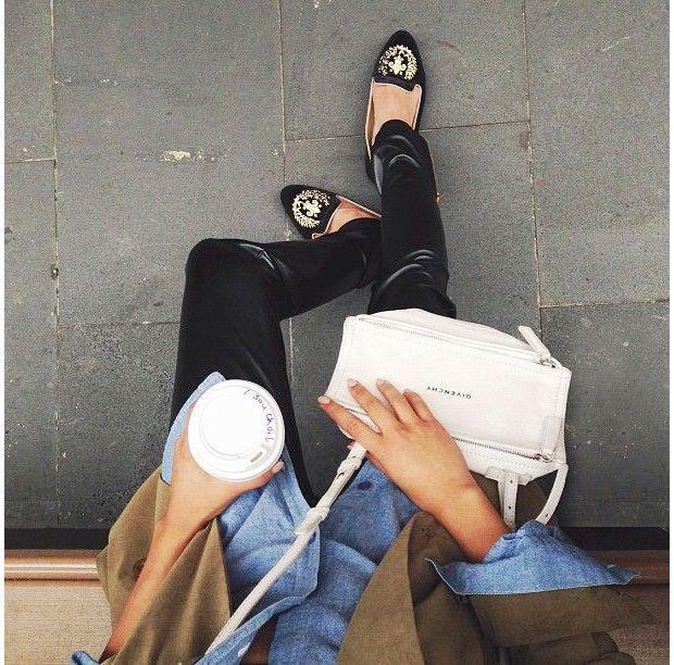 Slippers royales, slim en cuir et chemise en jean, voilà un très bon exemple d'un look réussi !
