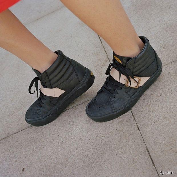 Une paire de Vans Sk8 Hi noires avec des sandales à boucles nude qui rappellent fortement le modèle des boots pirates de la créatrice.