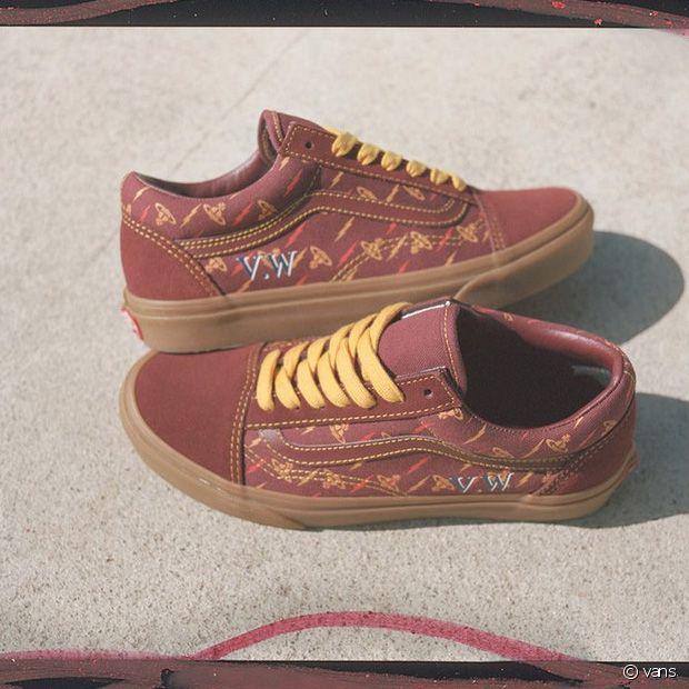 Une paire de Vans Old skool en cuir brique avec les lacets jaunes, imprimées du logo de la marque et d'éclairs colorés en all over.