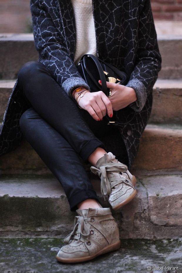 """Baskets compensées, manteau oversize et pantalon retroussé : le mot d'ordre de Marant c'est """"à la cool"""" !"""