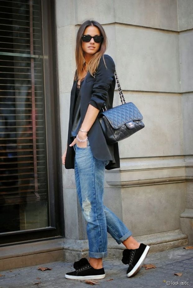 Un look simple idéal pour mettre en valeur des chaussures à pompons