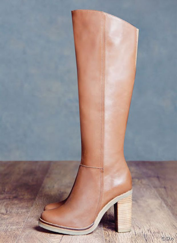 Adieu bottes hautes en vinyle blanc : bonjour cuir camel et talon en bois