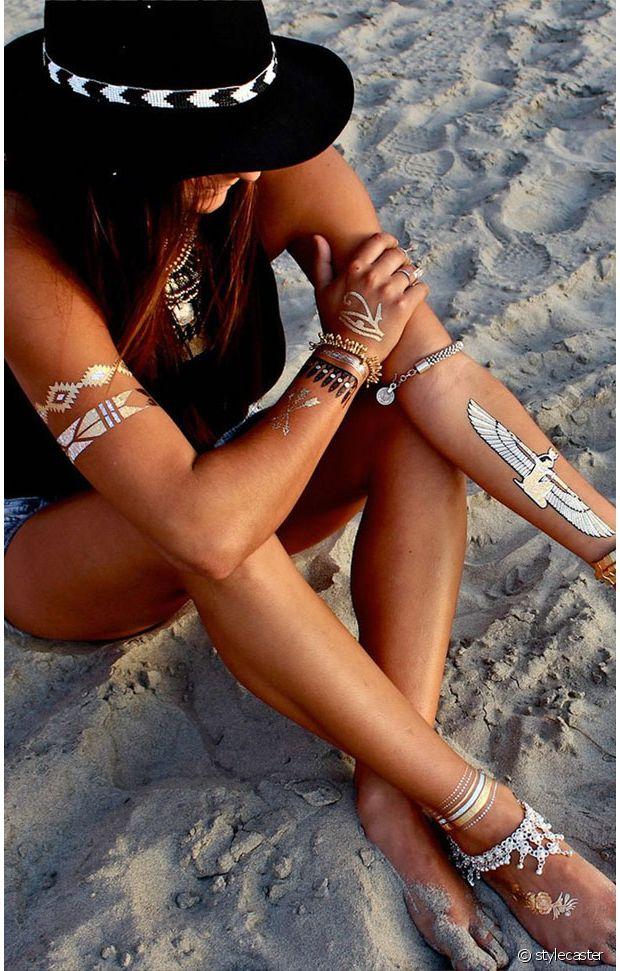 Tatouages dorés + chaînes de chevilles : double combo