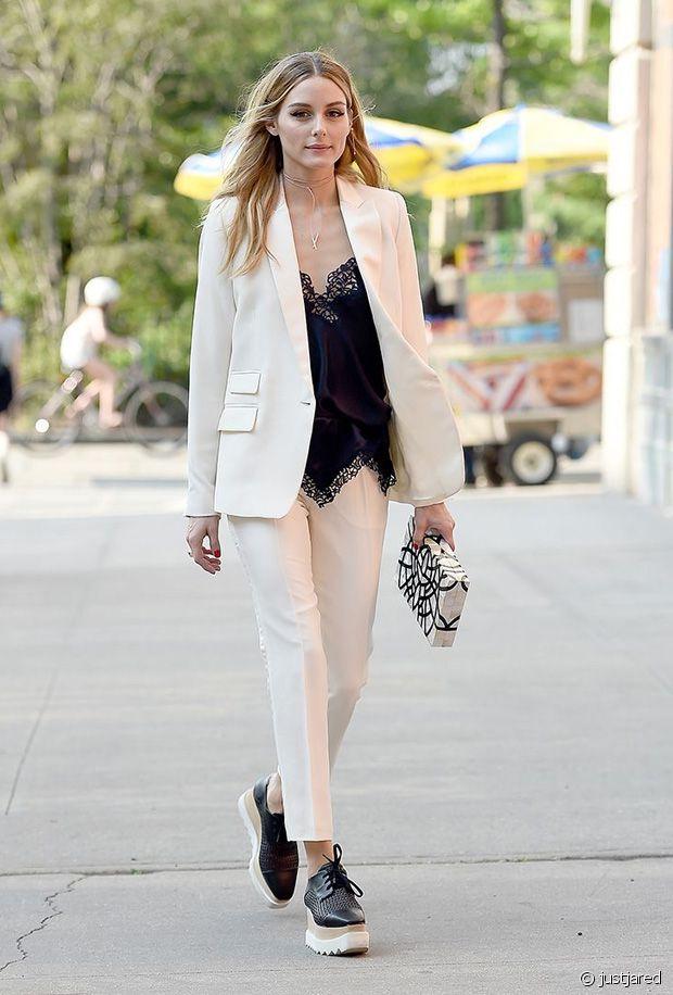 Olivia Palermo gère le total look crème avec des derbies Stella McCartney