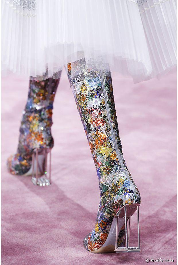 Sequins multicolores + bottes très haute + talon fantaisie : le combo qui veut du bien à votre rétine (non)
