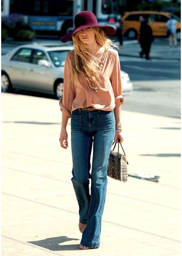 """Pantalon pattes d'eph', blouse à manches longues et capeline : je valide ce look """"drôle de dames"""" !"""