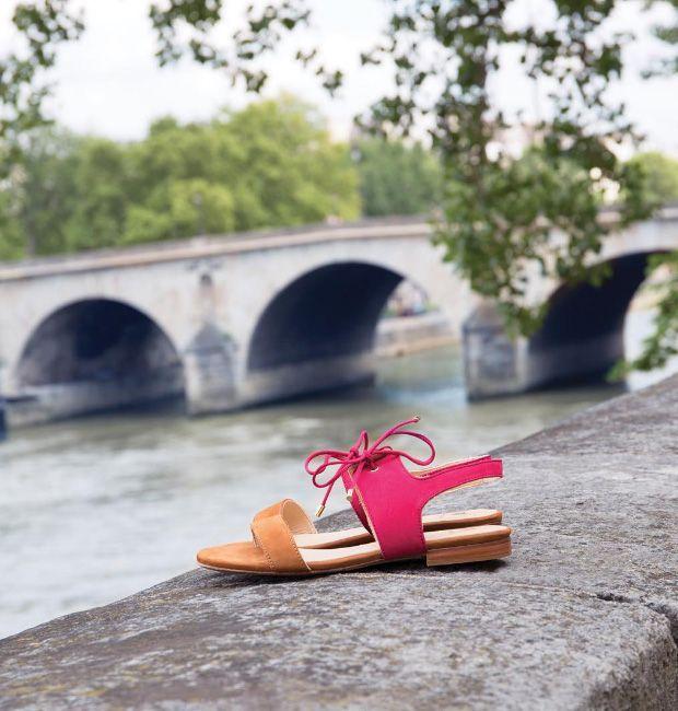 À  la parisienne avec les sandales Flâneuse en framboise et camel