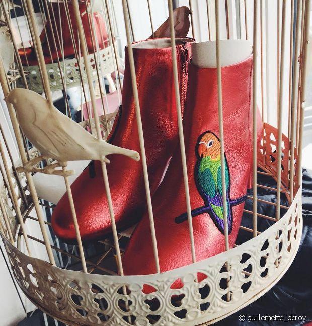 Ces bottines au style sixties sont tout simplement canons avec leurs jolis perroquets colorés