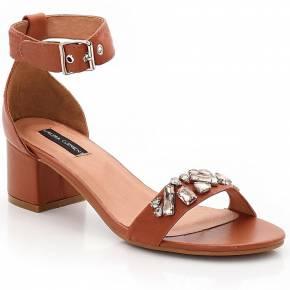 Sandales en cuir et bijoux. laura clement
