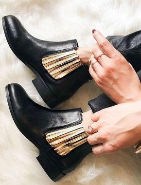 Des chaussures en or